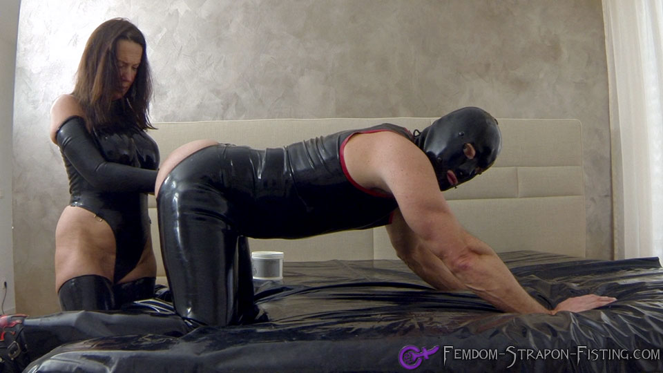Woman in latex fistfucks man until he shoots his load